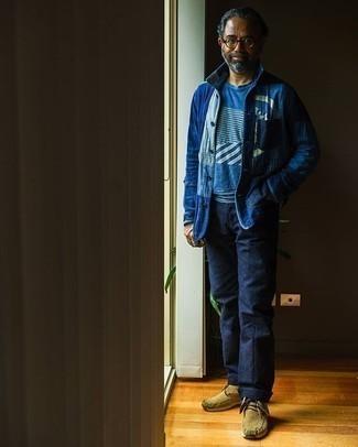 Blaue Shirtjacke aus Jeans kombinieren – 48 Herren Outfits: Die modische Kombination aus einer blauen Shirtjacke aus Jeans und einer dunkelblauen Chinohose ist perfekt für einen Tag im Büro. Komplettieren Sie Ihr Outfit mit beige Chukka-Stiefeln aus Wildleder.