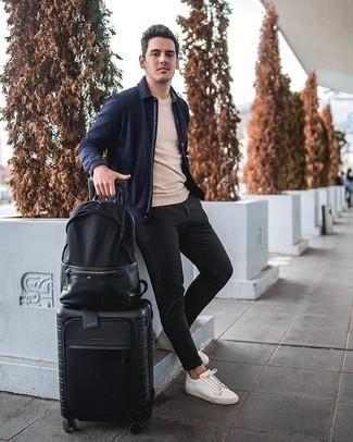 Schwarze Chinohose kombinieren – 500+ Herren Outfits: Entscheiden Sie sich für eine dunkelblaue Shirtjacke und eine schwarze Chinohose, wenn Sie einen gepflegten und stylischen Look wollen. Weiße Segeltuch niedrige Sneakers verleihen einem klassischen Look eine neue Dimension.