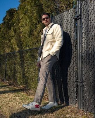 Graues T-Shirt mit einem Rundhalsausschnitt kombinieren – 1128+ Herren Outfits: Paaren Sie ein graues T-Shirt mit einem Rundhalsausschnitt mit einer grauen Chinohose mit Schottenmuster, um mühelos alles zu meistern, was auch immer der Tag bringen mag. Suchen Sie nach leichtem Schuhwerk? Vervollständigen Sie Ihr Outfit mit weißen bedruckten hohen Sneakers aus Segeltuch für den Tag.