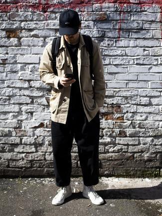 Schwarze Baseballkappe kombinieren – 500+ Herren Outfits: Eine beige Shirtjacke und eine schwarze Baseballkappe sind eine perfekte Outfit-Formel für Ihre Sammlung. Vervollständigen Sie Ihr Look mit weißen hohen Sneakers aus Segeltuch.
