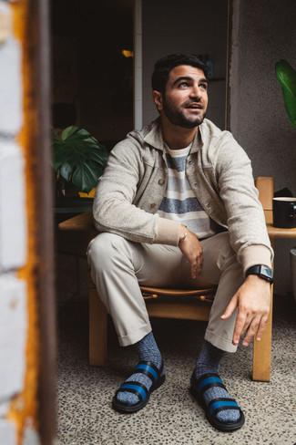 Hellbeige Chinohose kombinieren – 1200+ Herren Outfits: Kombinieren Sie eine hellbeige Shirtjacke mit einer hellbeige Chinohose für Ihren Bürojob. Fühlen Sie sich ideenreich? Ergänzen Sie Ihr Outfit mit blauen Ledersandalen.