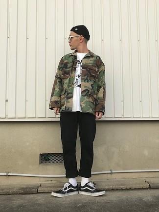 Schwarze und weiße Segeltuch niedrige Sneakers kombinieren – 823+ Herren Outfits: Kombinieren Sie eine olivgrüne Camouflage Shirtjacke mit einer schwarzen Chinohose für einen bequemen Alltags-Look. Warum kombinieren Sie Ihr Outfit für einen legereren Auftritt nicht mal mit schwarzen und weißen Segeltuch niedrigen Sneakers?
