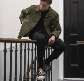 Schwarze und weiße Segeltuch niedrige Sneakers kombinieren – 823+ Herren Outfits: Kombinieren Sie eine olivgrüne Shirtjacke mit einer schwarzen Chinohose, um einen eleganten, aber nicht zu festlichen Look zu kreieren. Wenn Sie nicht durch und durch formal auftreten möchten, ergänzen Sie Ihr Outfit mit schwarzen und weißen Segeltuch niedrigen Sneakers.