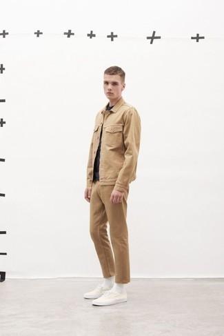 beige Shirtjacke, dunkelblaues T-Shirt mit einem Rundhalsausschnitt, beige Chinohose, weiße Segeltuch niedrige Sneakers für Herren