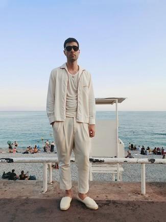 Espadrilles kombinieren – 389 Herren Outfits: Eine weiße Shirtjacke und eine hellbeige Chinohose sind eine großartige Outfit-Formel für Ihre Sammlung. Fühlen Sie sich mutig? Entscheiden Sie sich für Espadrilles.