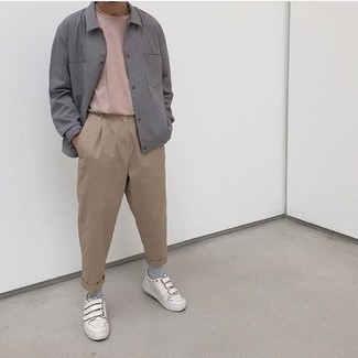 Weiße Leder niedrige Sneakers kombinieren – 500+ Herren Outfits: Kombinieren Sie eine graue Shirtjacke mit einer beige Chinohose für Drinks nach der Arbeit. Fühlen Sie sich mutig? Ergänzen Sie Ihr Outfit mit weißen Leder niedrigen Sneakers.