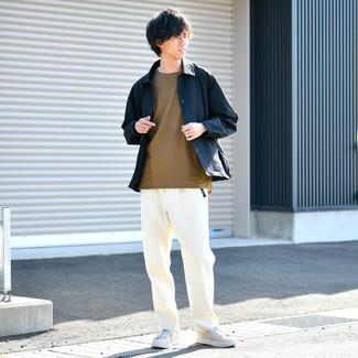 Gürtel kombinieren – 500+ Herren Outfits: Für ein bequemes Couch-Outfit, entscheiden Sie sich für eine dunkelblaue Shirtjacke und einen Gürtel. Fühlen Sie sich mutig? Komplettieren Sie Ihr Outfit mit hellbeige Segeltuch niedrigen Sneakers.