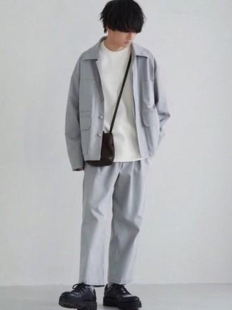 Teenager: Outfits Herren 2021: Erwägen Sie das Tragen von einer grauen Shirtjacke und einer grauen Chinohose für Drinks nach der Arbeit. Fühlen Sie sich ideenreich? Entscheiden Sie sich für schwarzen klobigen Leder Derby Schuhe.