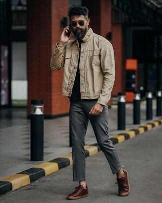 Dunkelgraue Chinohose kombinieren – 500+ Herbst Herren Outfits: Kombinieren Sie eine hellbeige Shirtjacke mit einer dunkelgrauen Chinohose, wenn Sie einen gepflegten und stylischen Look wollen. Suchen Sie nach leichtem Schuhwerk? Komplettieren Sie Ihr Outfit mit dunkelbraunen Leder niedrigen Sneakers für den Tag. So ist der Look total übergangstauglich.