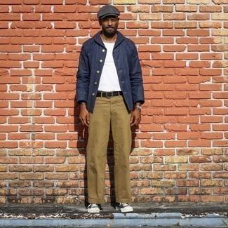 Beige Chinohose kombinieren – 500+ Herren Outfits: Kombinieren Sie eine dunkelblaue Shirtjacke mit einer beige Chinohose für Ihren Bürojob. Wenn Sie nicht durch und durch formal auftreten möchten, entscheiden Sie sich für schwarzen und weißen Segeltuch niedrige Sneakers.