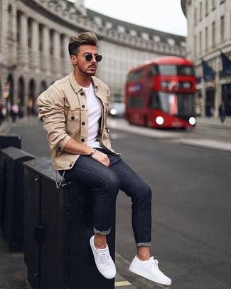 Wie kombinieren: hellbeige Shirtjacke, weißes T-Shirt mit einem Rundhalsausschnitt, schwarze enge Jeans, weiße Leder niedrige Sneakers