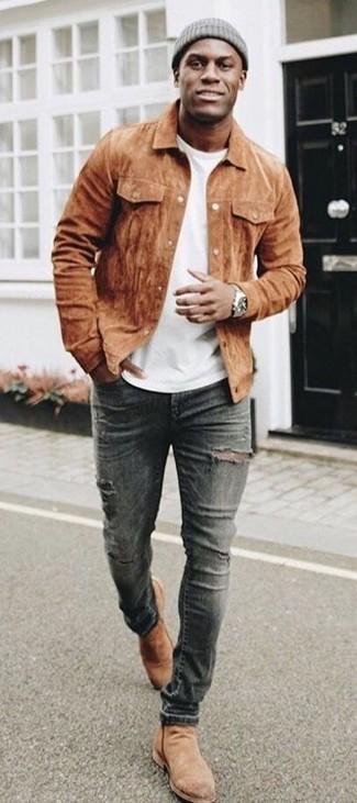 Wie kombinieren: braune Wildledershirtjacke, weißes T-Shirt mit einem Rundhalsausschnitt, dunkelgraue enge Jeans mit Destroyed-Effekten, beige Chelsea-Stiefel aus Wildleder