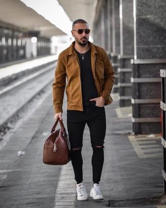 20 Jährige: Braune Leder Reisetasche kombinieren: trends 2020: Erwägen Sie das Tragen von einer braunen Shirtjacke und einer braunen Leder Reisetasche für einen entspannten Wochenend-Look. Fühlen Sie sich ideenreich? Vervollständigen Sie Ihr Outfit mit weißen Leder niedrigen Sneakers.