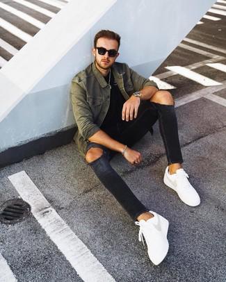 Wie kombinieren: olivgrüne Shirtjacke, schwarzes T-Shirt mit einem Rundhalsausschnitt, schwarze enge Jeans mit Destroyed-Effekten, weiße Leder niedrige Sneakers