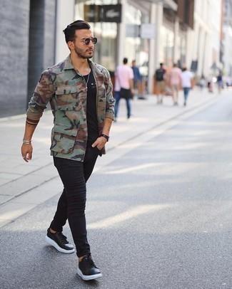 Wie olivgrüne Camouflage Shirtjacke mit schwarzer Turnschuhe zu kombinieren – 11 Casual Herren Outfits: Entscheiden Sie sich für eine olivgrüne Camouflage Shirtjacke und schwarzen enge Jeans, um einen lockeren, aber dennoch stylischen Look zu erhalten. Fühlen Sie sich ideenreich? Ergänzen Sie Ihr Outfit mit schwarzen Turnschuhen.