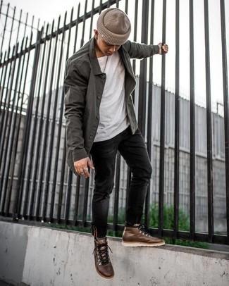 Schwarze enge Jeans mit Destroyed-Effekten kombinieren – 500+ Herren Outfits: Für ein bequemes Couch-Outfit, entscheiden Sie sich für eine dunkelgraue Shirtjacke und schwarzen enge Jeans mit Destroyed-Effekten. Braune Lederarbeitsstiefel verleihen einem klassischen Look eine neue Dimension.