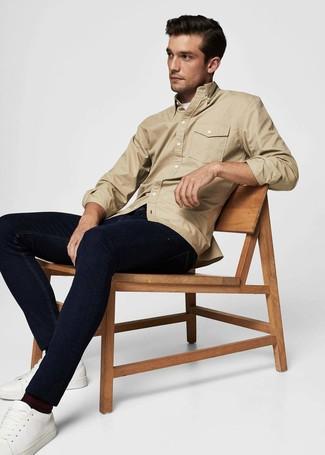 Wie kombinieren: beige Shirtjacke, weißes T-Shirt mit einem Rundhalsausschnitt, dunkelblaue Jeans, weiße Leder niedrige Sneakers
