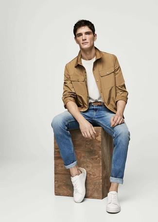 Wie kombinieren: beige Shirtjacke, weißes T-Shirt mit einem Rundhalsausschnitt, blaue Jeans, weiße Leder niedrige Sneakers