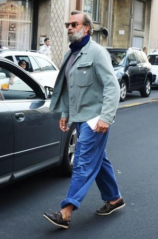Wie kombinieren: mintgrüne Shirtjacke, graues T-Shirt mit einem Rundhalsausschnitt, blaue Jeans, schwarze Leder Bootsschuhe