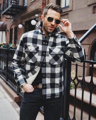 Wie kombinieren: schwarze und weiße Shirtjacke mit Karomuster, schwarzes T-Shirt mit einem Rundhalsausschnitt, schwarze Jeans, brauner Ledergürtel