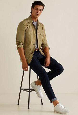 Wie kombinieren: olivgrüne Shirtjacke, graues T-Shirt mit einem Rundhalsausschnitt, dunkelblaue Jeans, weiße Segeltuch niedrige Sneakers