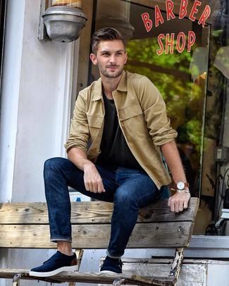 Wie kombinieren: beige Shirtjacke, dunkelgraues T-Shirt mit einem Rundhalsausschnitt, dunkelblaue Jeans, dunkelblaue Doppelmonks aus Wildleder