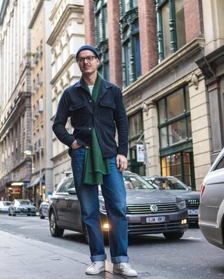 Wie kombinieren: dunkelblaue Shirtjacke, weißes T-Shirt mit einem Rundhalsausschnitt, blaue Jeans, weiße niedrige Sneakers