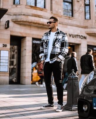 Wie kombinieren: weiße und schwarze Flanell Shirtjacke mit Schottenmuster, weißes T-Shirt mit einem Rundhalsausschnitt, schwarze Jeans, schwarze und weiße Segeltuch niedrige Sneakers