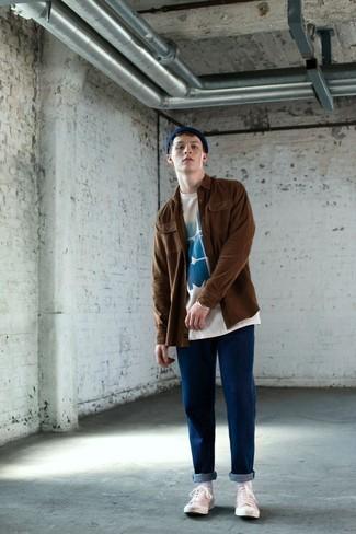 Wie kombinieren: braune Shirtjacke, weißes und blaues bedrucktes T-Shirt mit einem Rundhalsausschnitt, blaue Jeans, weiße Segeltuch niedrige Sneakers