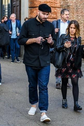 Weiße Slip-On Sneakers aus Segeltuch kombinieren: trends 2020: Paaren Sie eine schwarze Shirtjacke mit dunkelblauen Jeans für einen bequemen Alltags-Look. Weiße Slip-On Sneakers aus Segeltuch sind eine perfekte Wahl, um dieses Outfit zu vervollständigen.