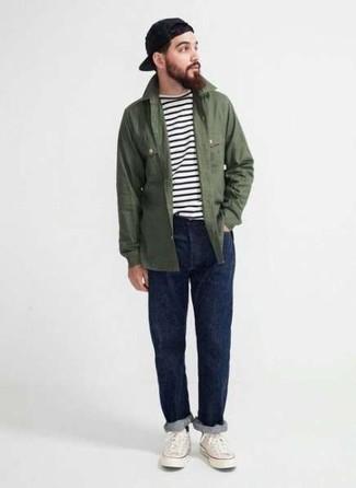 Schwarze Baseballkappe kombinieren: trends 2020: Kombinieren Sie eine olivgrüne Shirtjacke mit einer schwarzen Baseballkappe für einen entspannten Wochenend-Look. Fühlen Sie sich mutig? Komplettieren Sie Ihr Outfit mit weißen Segeltuch niedrigen Sneakers.