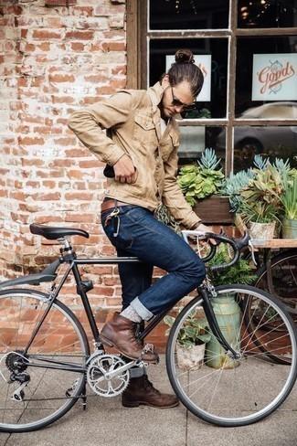 Beige Shirtjacke aus Wildleder kombinieren: trends 2020: Kombinieren Sie eine beige Shirtjacke aus Wildleder mit dunkelblauen Jeans für ein sonntägliches Mittagessen mit Freunden. Eine braune Lederfreizeitstiefel sind eine gute Wahl, um dieses Outfit zu vervollständigen.