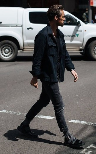Dunkelgraue Socken kombinieren: trends 2020: Kombinieren Sie eine schwarze Shirtjacke mit dunkelgrauen Socken für einen entspannten Wochenend-Look. Machen Sie diese Aufmachung leger mit schwarzen Ledersandalen.