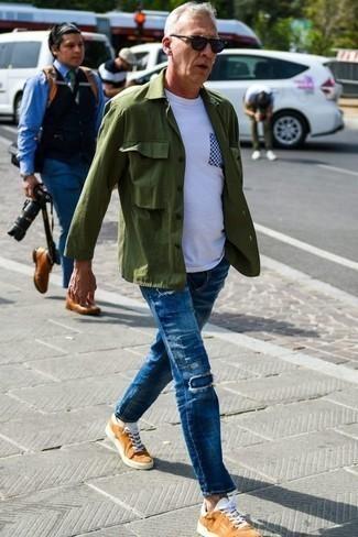 Blaue Jeans mit Flicken kombinieren: trends 2020: Paaren Sie eine olivgrüne Shirtjacke mit blauen Jeans mit Flicken, um einen lockeren, aber dennoch stylischen Look zu erhalten. Fühlen Sie sich ideenreich? Wählen Sie rotbraunen Segeltuch niedrige Sneakers.