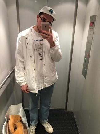 Herren Outfits 2020: Kombinieren Sie eine weiße Shirtjacke mit hellblauen Jeans für ein bequemes Outfit, das außerdem gut zusammen passt.