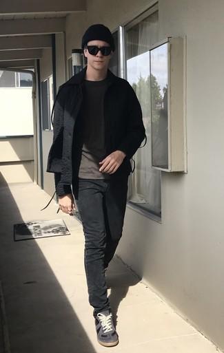 Dunkelgraues T-Shirt mit einem Rundhalsausschnitt kombinieren – 995+ Herren Outfits: Vereinigen Sie ein dunkelgraues T-Shirt mit einem Rundhalsausschnitt mit schwarzen Jeans, um mühelos alles zu meistern, was auch immer der Tag bringen mag. Dieses Outfit passt hervorragend zusammen mit dunkelgrauen Wildleder niedrigen Sneakers.