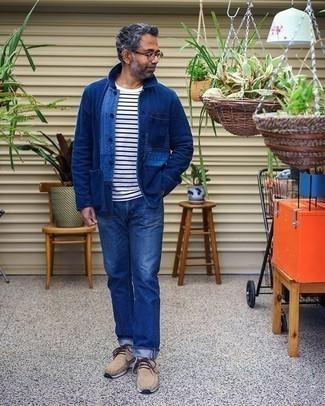 Blaue Shirtjacke aus Jeans kombinieren – 48 Herren Outfits: Paaren Sie eine blaue Shirtjacke aus Jeans mit blauen Jeans für ein großartiges Wochenend-Outfit. Dieses Outfit passt hervorragend zusammen mit beige Chukka-Stiefeln aus Wildleder.