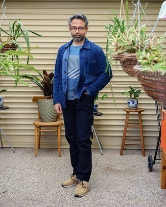 Blaue Shirtjacke aus Jeans kombinieren – 48 Herren Outfits: Entscheiden Sie sich für eine blaue Shirtjacke aus Jeans und dunkelblauen Jeans für ein sonntägliches Mittagessen mit Freunden. Hellbeige Chukka-Stiefel aus Wildleder sind eine gute Wahl, um dieses Outfit zu vervollständigen.