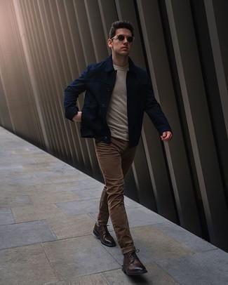 Dunkelblaue Shirtjacke kombinieren – 436 Herren Outfits: Kombinieren Sie eine dunkelblaue Shirtjacke mit braunen Jeans, um mühelos alles zu meistern, was auch immer der Tag bringen mag. Fühlen Sie sich mutig? Vervollständigen Sie Ihr Outfit mit dunkelbraunen Leder Brogues.