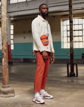 Weiße und rote und dunkelblaue Sportschuhe kombinieren – 183 Herren Outfits: Kombinieren Sie eine weiße Shirtjacke mit orange Jeans für ein Alltagsoutfit, das Charakter und Persönlichkeit ausstrahlt. Wenn Sie nicht durch und durch formal auftreten möchten, komplettieren Sie Ihr Outfit mit weißen und roten und dunkelblauen Sportschuhen.