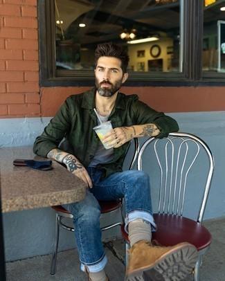 Braune Wildlederfreizeitstiefel kombinieren – 452 Herren Outfits: Die Paarung aus einer dunkelgrünen Shirtjacke und dunkelblauen Jeans ist eine komfortable Wahl, um Besorgungen in der Stadt zu erledigen. Eine braune Wildlederfreizeitstiefel sind eine perfekte Wahl, um dieses Outfit zu vervollständigen.