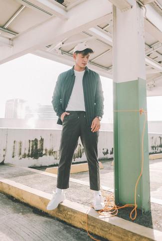Wie kombinieren: schwarze vertikal gestreifte Shirtjacke, weißes T-Shirt mit einem Rundhalsausschnitt, schwarze Jogginghose, weiße Segeltuch niedrige Sneakers