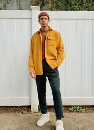 Braune Mütze kombinieren – 159 Herren Outfits: Kombinieren Sie eine senf Shirtjacke mit einer braunen Mütze für einen entspannten Wochenend-Look. Wählen Sie weißen Leder niedrige Sneakers, um Ihr Modebewusstsein zu zeigen.