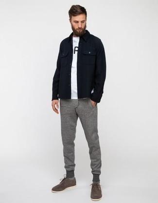 Graue Jogginghose kombinieren: trends 2020: Kombinieren Sie eine dunkelblaue Shirtjacke mit einer grauen Jogginghose für einen bequemen Alltags-Look. Graue Wildleder Derby Schuhe sind eine einfache Möglichkeit, Ihren Look aufzuwerten.