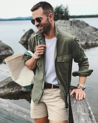 Wie kombinieren: olivgrüne Shirtjacke, weißes T-Shirt mit einem Rundhalsausschnitt, hellbeige Shorts, hellbeige Shopper Tasche aus Segeltuch