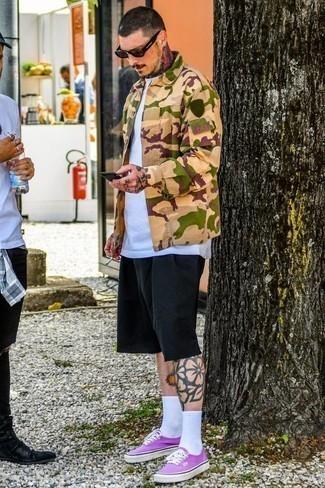 Lila Segeltuch niedrige Sneakers kombinieren – 9 Herren Outfits: Entscheiden Sie sich für eine beige Camouflage Shirtjacke und schwarzen Shorts für ein großartiges Wochenend-Outfit. Bringen Sie die Dinge durcheinander, indem Sie lila Segeltuch niedrige Sneakers mit diesem Outfit tragen.