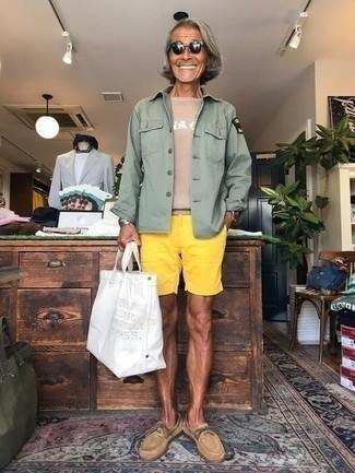 Gelbgrüne Shorts kombinieren – 56 Herren Outfits: Kombinieren Sie eine mintgrüne Shirtjacke mit gelbgrünen Shorts für ein großartiges Wochenend-Outfit. Beige Wildleder Bootsschuhe sind eine perfekte Wahl, um dieses Outfit zu vervollständigen.