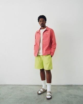 Sandalen kombinieren – 708+ Herren Outfits: Vereinigen Sie eine fuchsia Shirtjacke mit gelbgrünen bedruckten Shorts für ein bequemes Outfit, das außerdem gut zusammen passt. Fühlen Sie sich ideenreich? Vervollständigen Sie Ihr Outfit mit Sandalen.