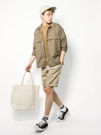 Teenager: Transparente Sonnenbrille kombinieren – 155 Herren Outfits: Eine beige Shirtjacke und eine transparente Sonnenbrille sind eine perfekte Wochenend-Kombination. Fühlen Sie sich mutig? Vervollständigen Sie Ihr Outfit mit schwarzen und weißen Segeltuch niedrigen Sneakers.