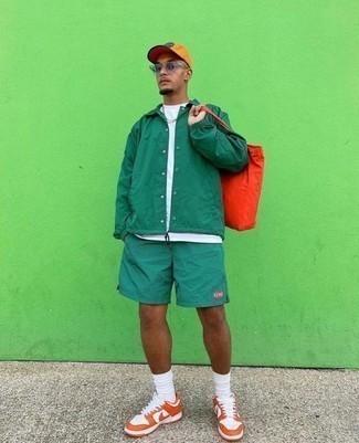 Frühling Outfits Herren 2020: Kombinieren Sie eine grüne Shirtjacke mit grünen Sportshorts, um einen lockeren, aber dennoch stylischen Look zu erhalten. Orange Leder niedrige Sneakers sind eine kluge Wahl, um dieses Outfit zu vervollständigen. Sie suchen noch nach dem passenden Outfit für die Übergangszeit? Dann lassen Sie sich von diesem Outfit inspirieren.